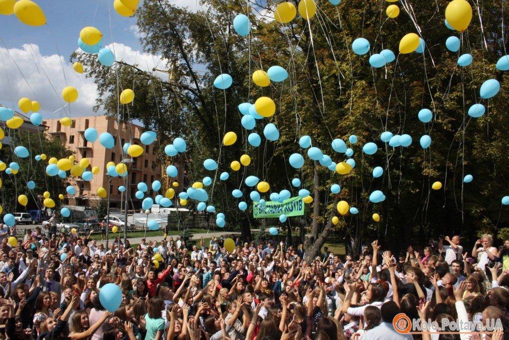 Першокурсники в Полтаві випустили у небо кульки із бажаннями